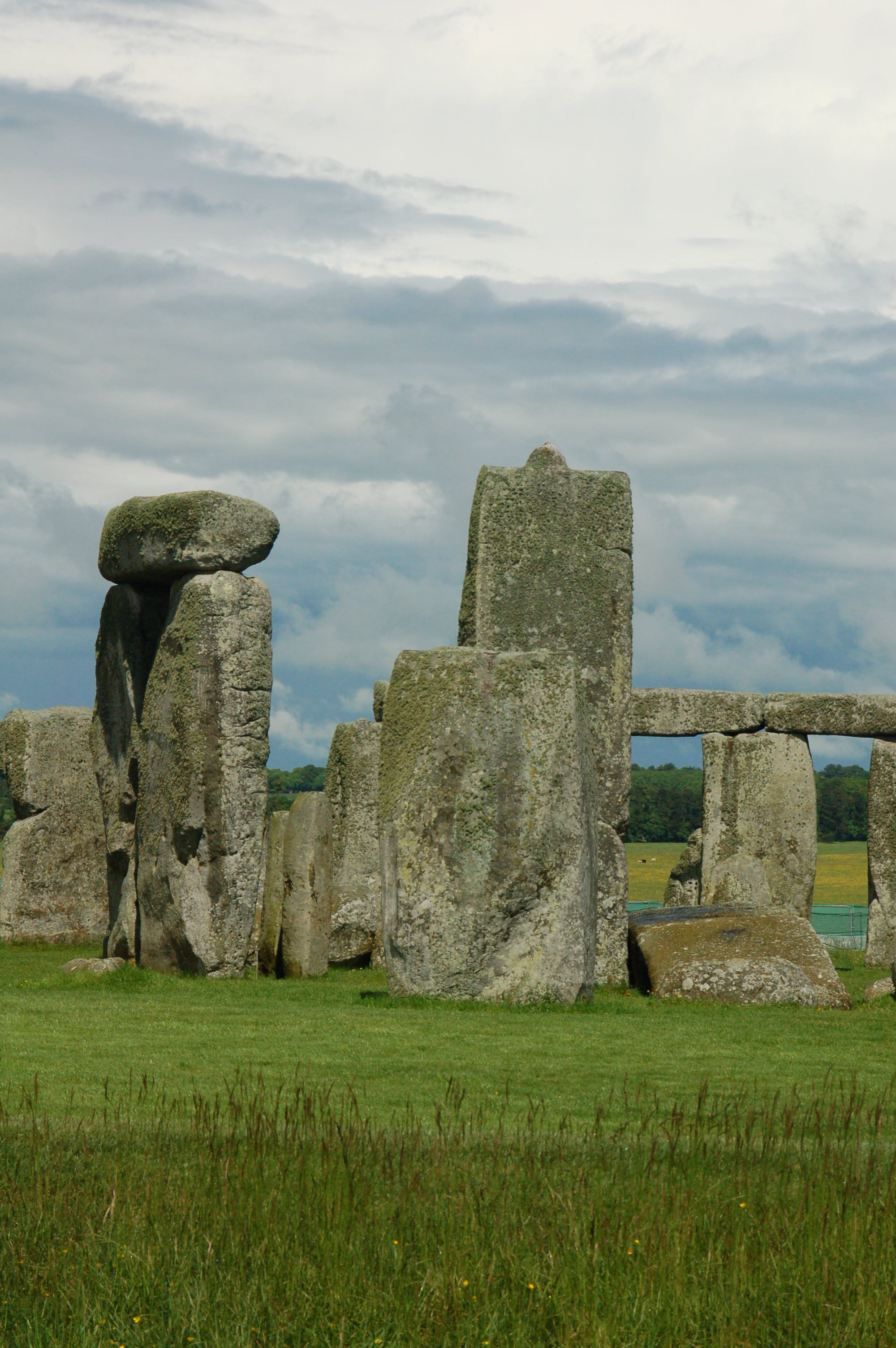 a study of stonehenge Ancient stone monument held burials of people from more than 200 kilometers  away, a new study suggests.